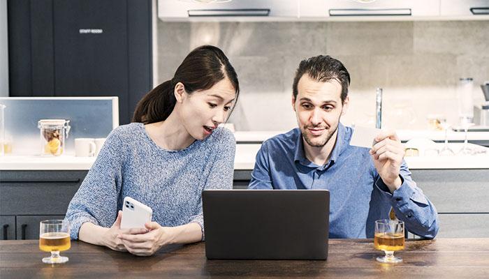 アマゾンでネットショッピングをする夫婦