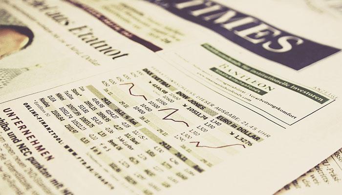 株式市場の動向を報じる新聞