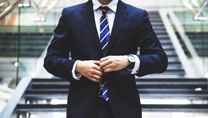 スーツを着て就職活動をする男性